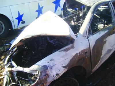 轿车与大巴相撞后起火