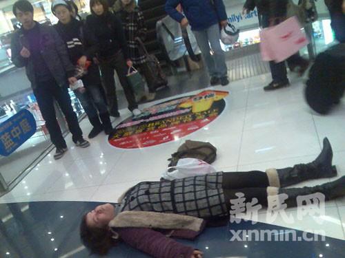 女子摔跤昏倒近半小时无人上前搀扶(组图)