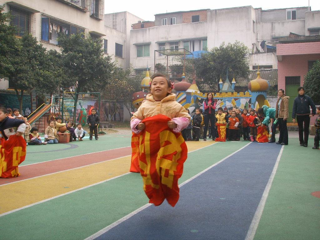 幼儿园自制体育器械  袋鼠跳