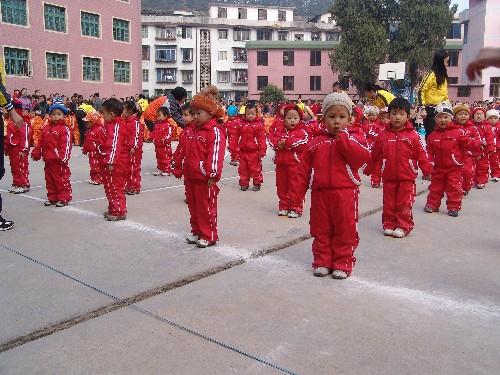 机关幼儿园举行幼儿早操表演赛