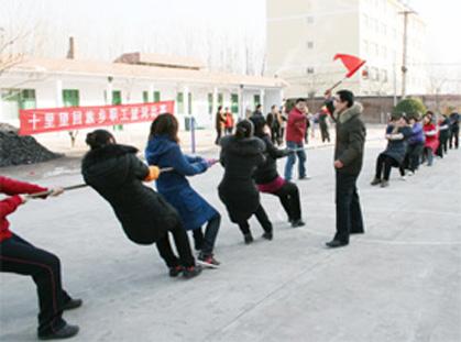 图四:十里望回族乡工会组织会员拔河比赛