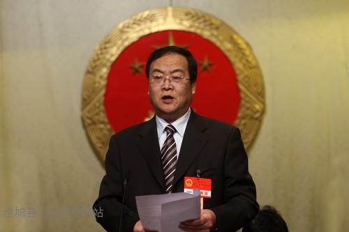 县人大常委会主任王文波主持会议