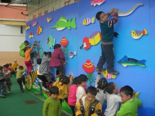 大型幼儿园墙体彩绘,海边沙滩蓝天白云手绘墙