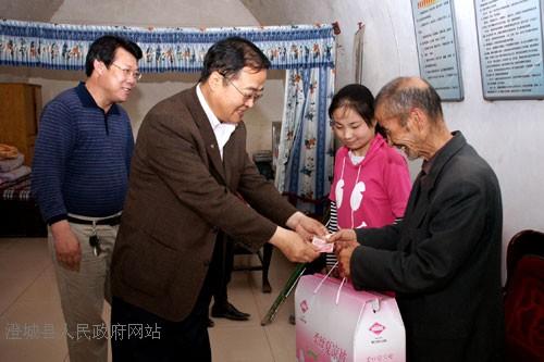 县人大常委会主任王文波看望慰问残疾儿童