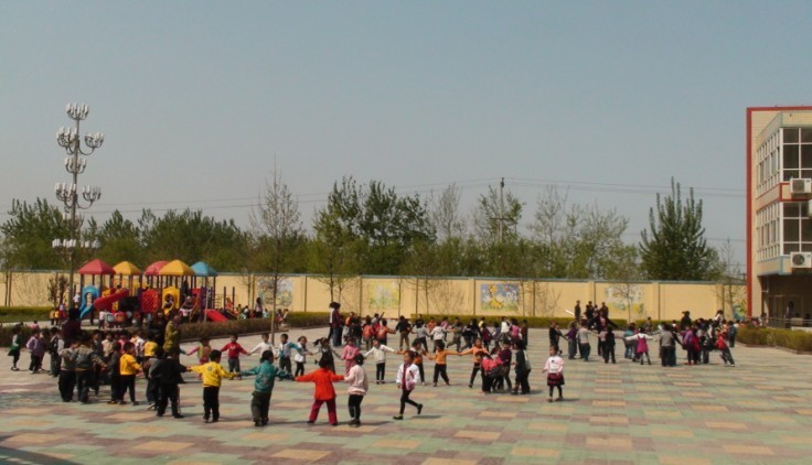 东丰庄幼儿园室外活动