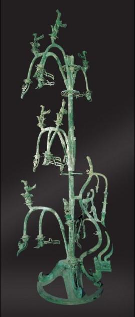 """载籍描述建木有树叶,花卉,花果与""""黄蛇"""",铜神树的形式构成中同样有花"""