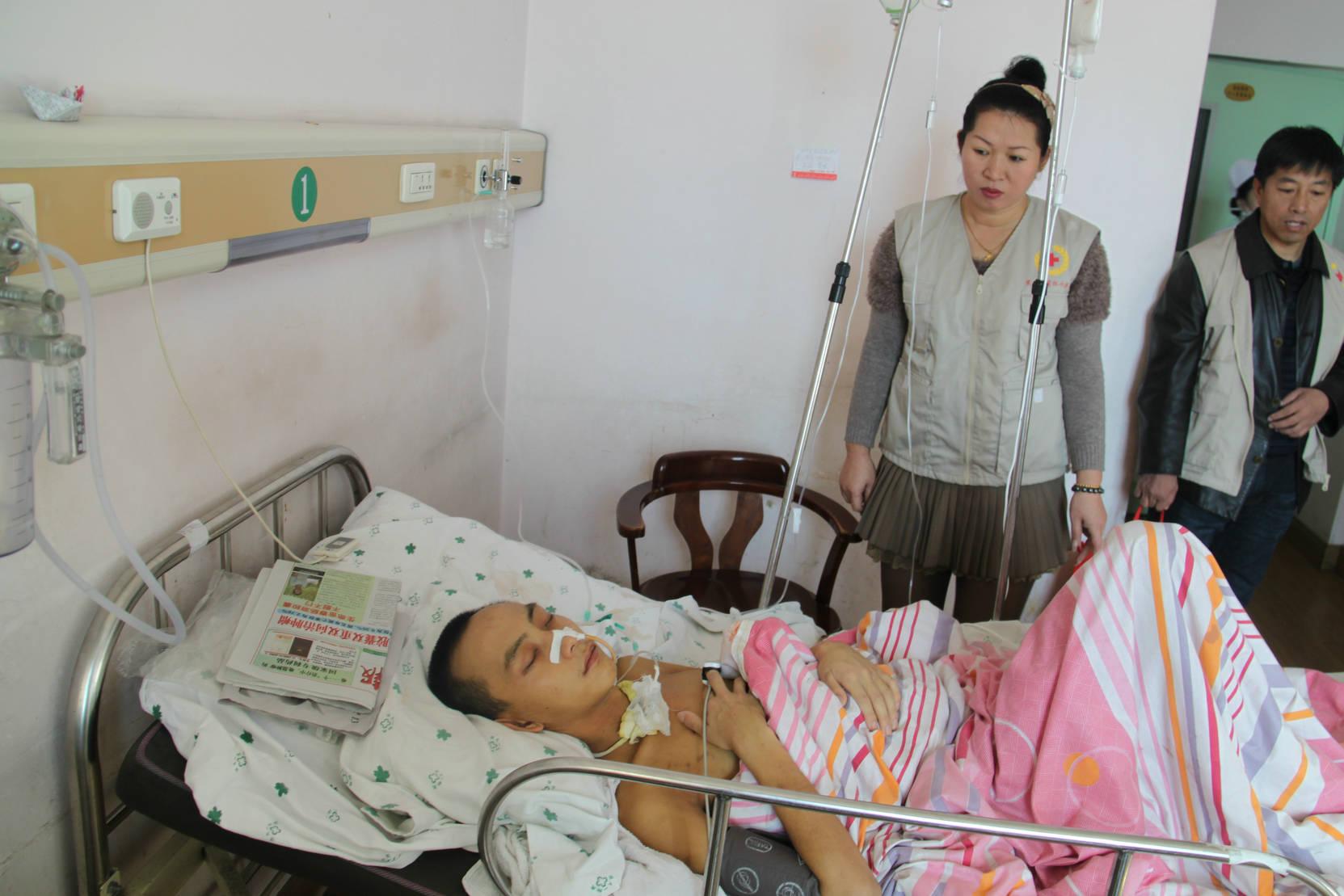 鹤岗市的志愿者在佳木斯附属第一医院病房