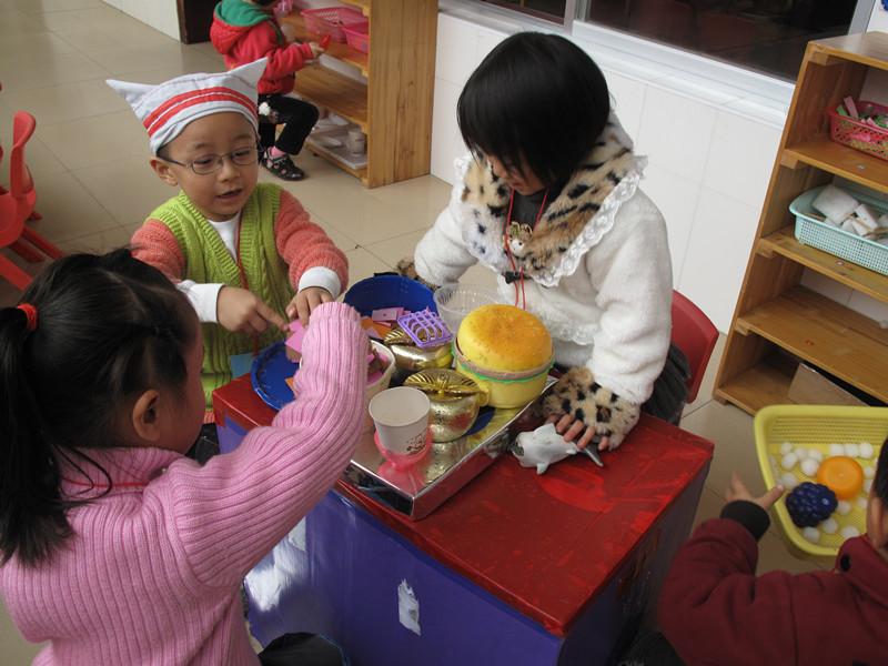 区域活动是幼儿通过游戏参与活动达到一定教学目标的活动,它具有自由性、自选性、主动性的特点。区域活动赋予幼儿极大的自由度,幼儿能够按照自己的意愿,独立自主地进行活动,为幼儿自主学习和能力的发展提供条件。幼儿在区域自由学习,有利于促进幼儿认知、个性、情感、社会性发展。