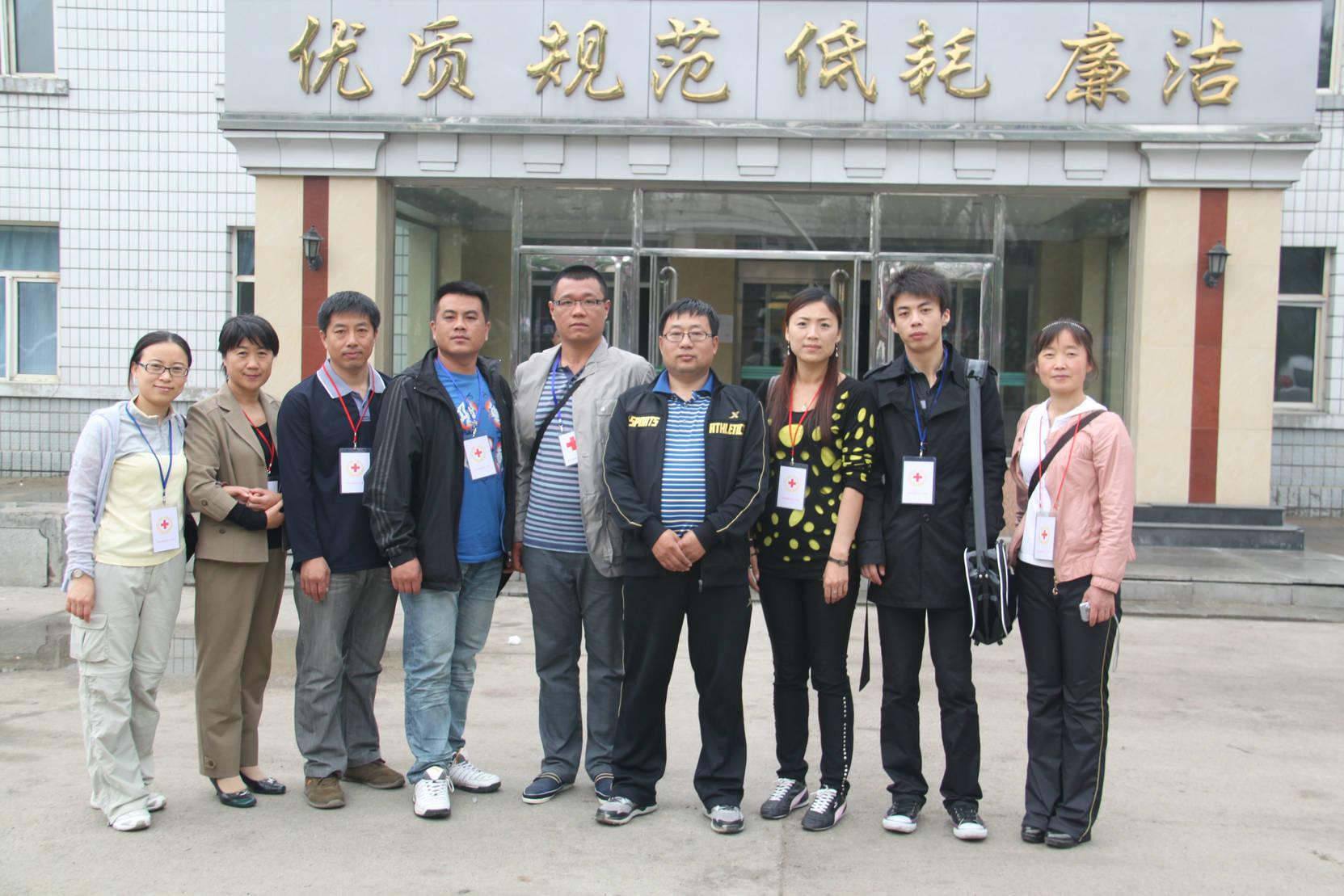 汤原县红十字会东林慈善志愿者在佳木斯市二二四医院住院处门前