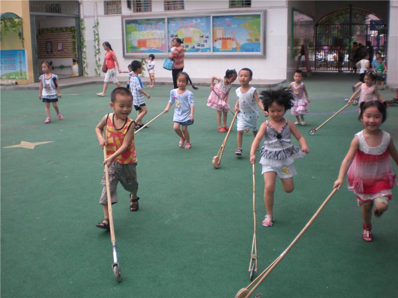 在幼儿的一日生活中,户外游戏及体育活动是幼儿最