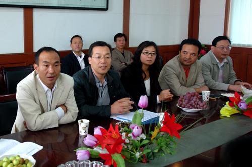县人大常委会主任王文波看望慰问教师