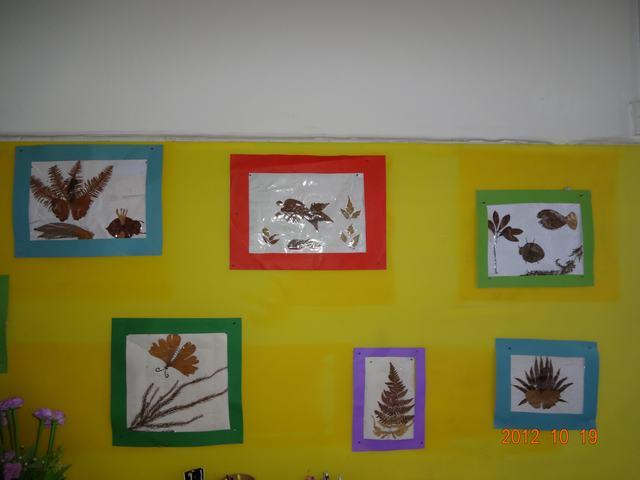"""我们让幼儿的作品展示成一幅美丽的图画,营造了秋天""""树叶飘飘"""",""""成熟"""