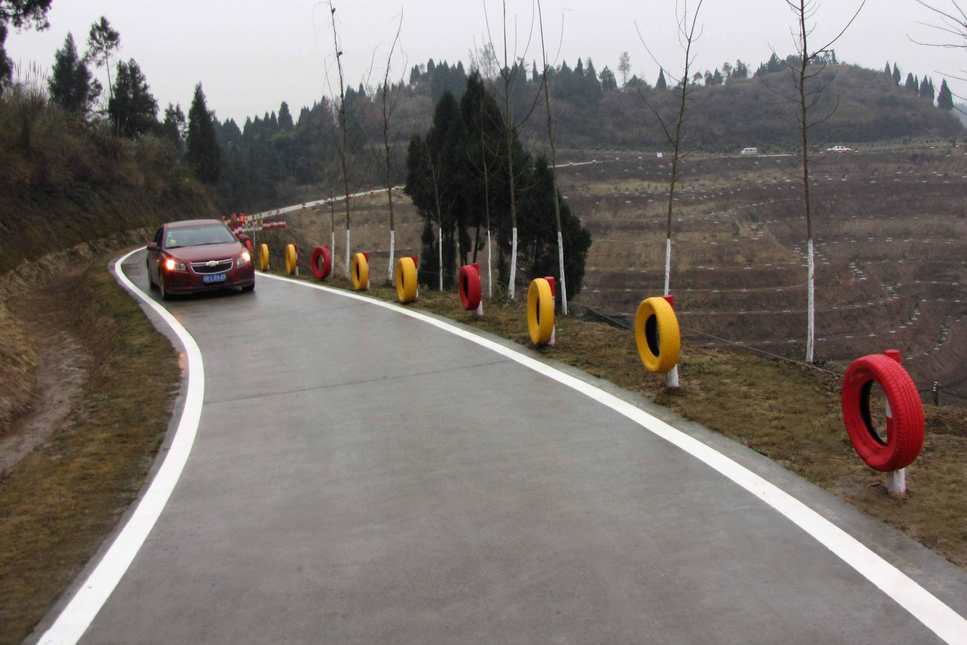 村公路对大中桥建设的需求。完善重要农村公路安保设施10000公里,全省县道和部分重要旅游公路危险路段完成波形护栏或钢筋混凝土防撞护栏建设,基本消除公路安全隐患。 三是实施城乡交通运输一体化示范工程。选择部分具备条件的县,以提升、完善交通基础设施和运输两个网络为重点,开展城乡交通运输一体化示范工程建设,改造农村公路6000公里,为全省城乡交通运输一体化发展提供建设、养护、营运、管理方面的经验。 四是实施重要延伸工程。建设重要乡镇联网路1.