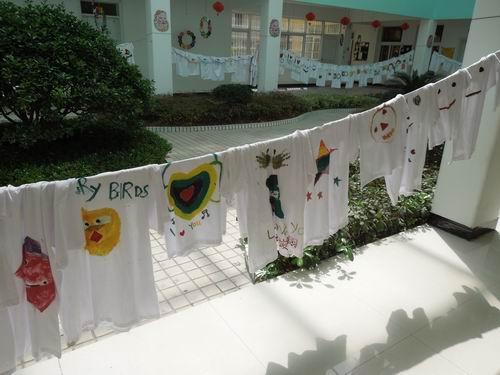 """这是我们幼儿园世界地球日亲子活动各班""""diy亲子衫"""""""