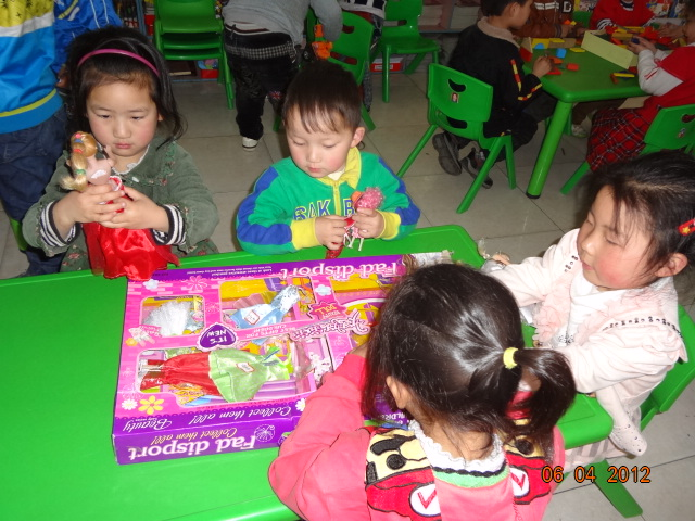 给芭比娃娃穿衣服; 幼儿园益智区标识牌; 幼儿园益智区标识牌_幼儿园