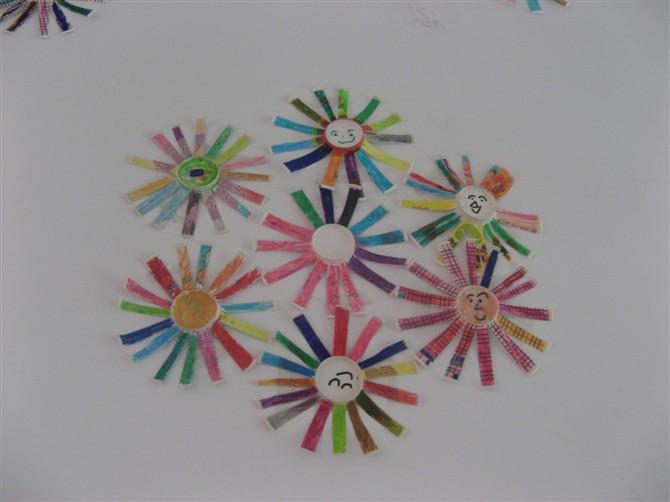 纸杯花,我们剪出了漂亮的花瓣,涂上了鲜艳的颜色,还画上了可爱的笑脸
