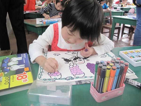 中二班 邓楠婕 《我爱我的幼儿园》 中三班 粟 佳 《家乡的池塘》 中