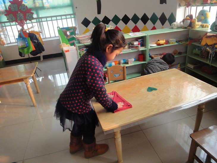 幼儿园值日生整理玩具卡通