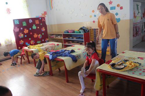 中班组幼儿穿鞋-穿衣-折毛毯比赛
