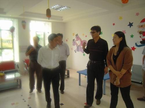 教师节期间的展板,随后县领导一行来到中心幼儿园